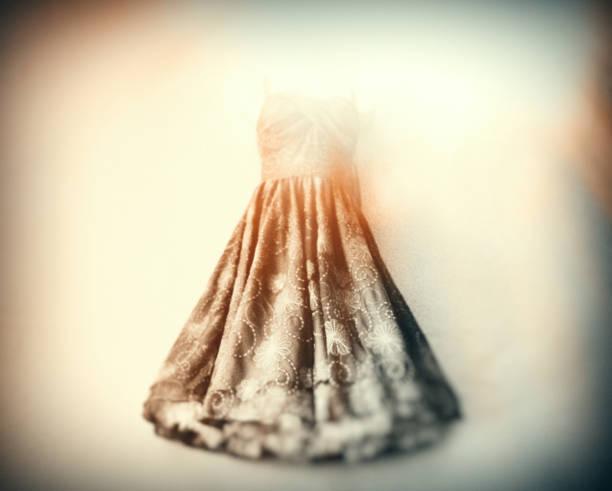 der alte petticoat in der trendigen shop-boutique - rock n roll kleider stock-fotos und bilder