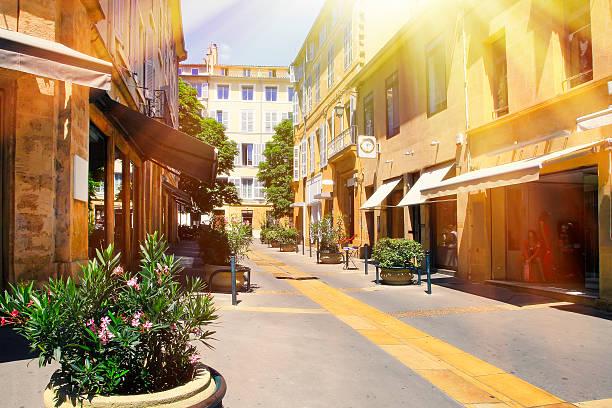la vieille ville de provence, intéressant et original - aix en provence photos et images de collection