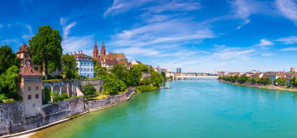Die Altstadt von Basel mit roten Stein Munster-Dom und Rhein, Schweiz. – Foto
