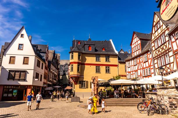 Die Altstadt von Limburg an einem sonnigen Tag im Frühling. – Foto