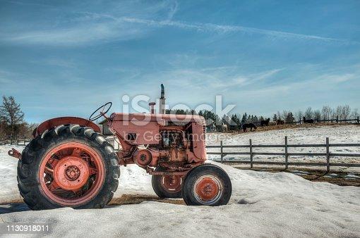 Scène rurale d'un tracteur d'époque avec un enclos à chevaux en arrière plan