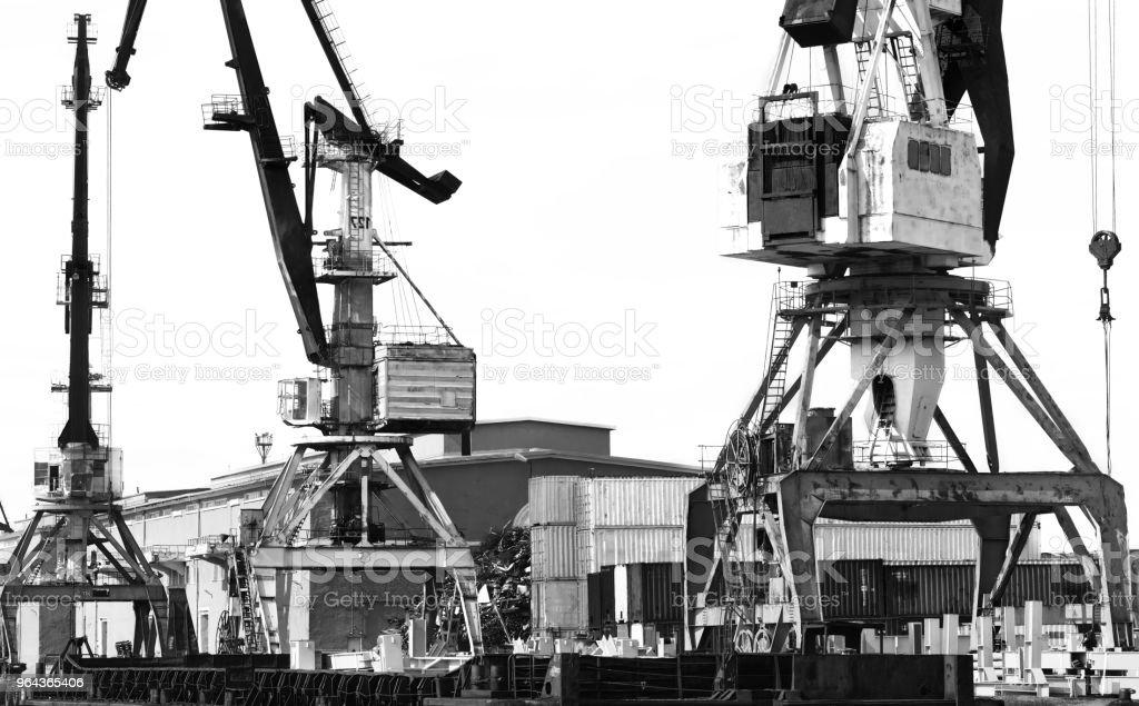 De oude lossen kranen in de haven. Contrasterende zwart-wit foto. - Royalty-free Apparatuur Stockfoto