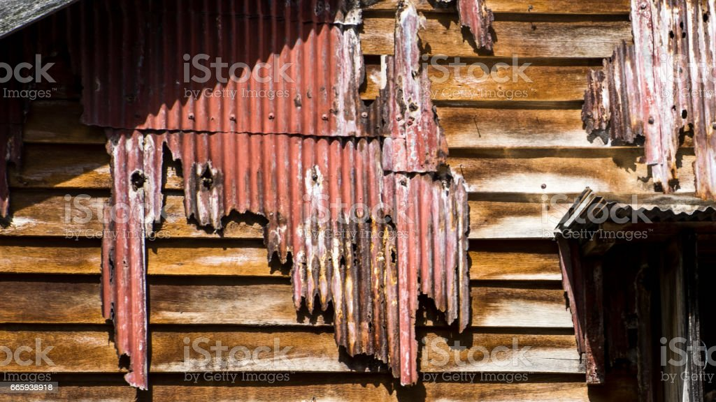 The Old wooden house with rusty old zinc sheets. foto stock royalty-free