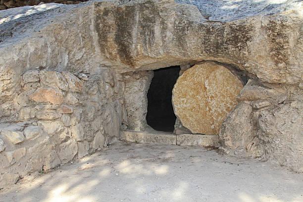 the open tomb of jesus in jerusalem - graftombe stockfoto's en -beelden
