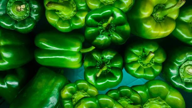 die bio grüne paprika auf marktplatz in thailand. - grüne paprikaschoten stock-fotos und bilder