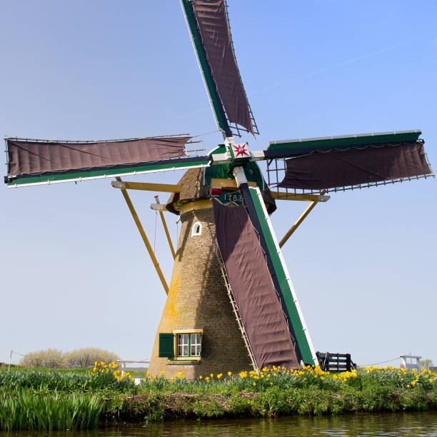 das original niederländische windmühle wie handbemalten von claude monet-stiftung - monet bilder stock-fotos und bilder