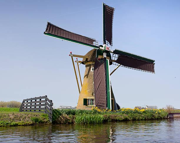 die original erhaltene windmühle, wurde von claude monet-stiftung - monet bilder stock-fotos und bilder