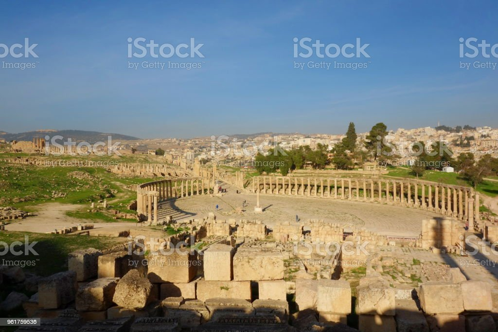 The Oval Forum in Jerash, an unusual wide, asymmetrical plaza at the beginning of the Cardo built in the 1st century AD, Jordan, Middle East stock photo
