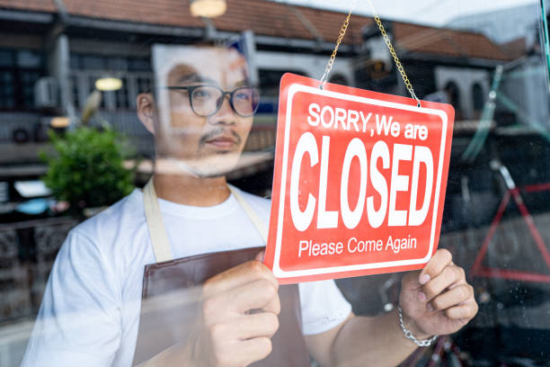 o proprietário de uma pequena empresa veio para fechar a loja. - fechado - fotografias e filmes do acervo