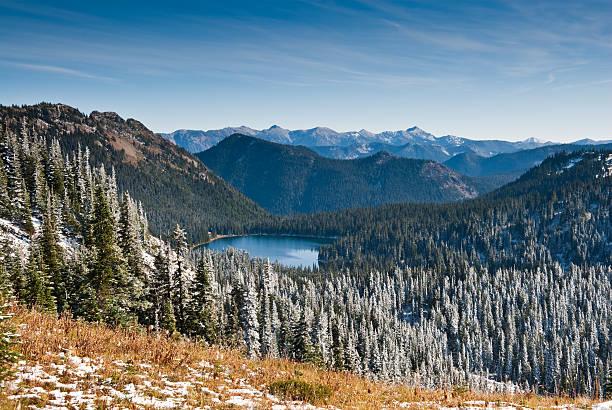 frischer schnee in der nähe von dewey lake - pacific crest trail stock-fotos und bilder