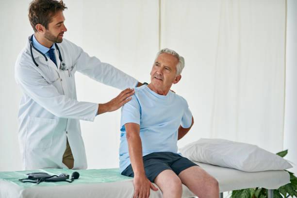 der schmerz ist auf dieser seite schlimmer - chiropraktik wellness stock-fotos und bilder