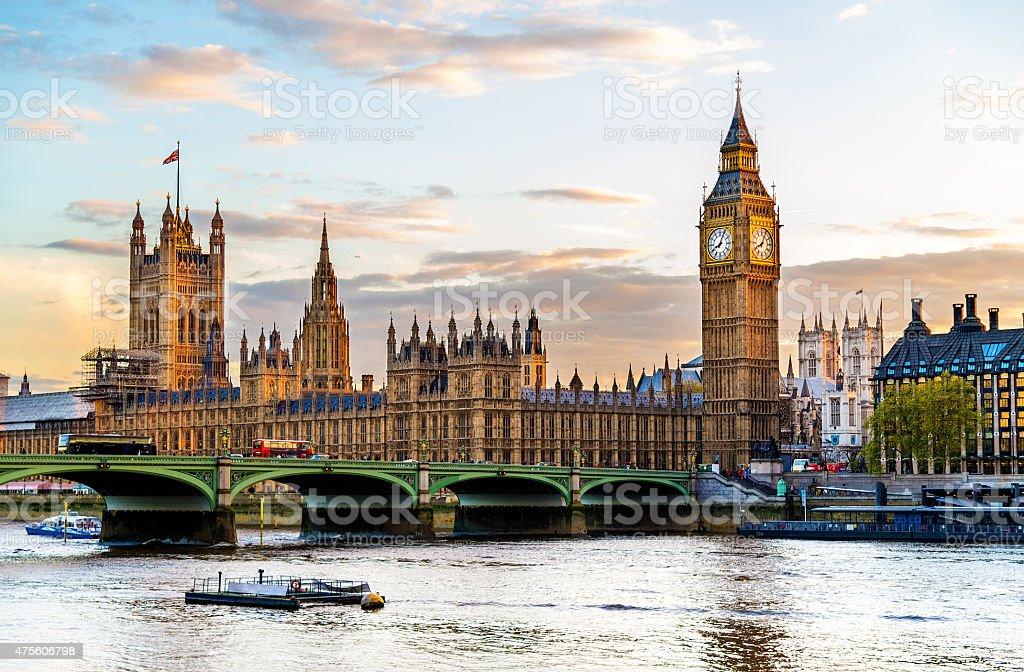 Le palais de Westminster, à Londres en soirée - Photo