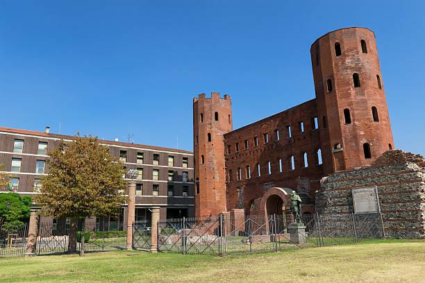 le palatine porte à turin, italie - palais buccal photos et images de collection