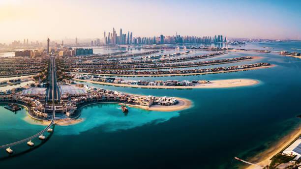 das palmeninsel-panorama mit dubai marina im hintergrund - dubai stock-fotos und bilder