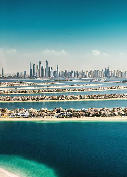 the palm jumeirah in dubai mit skyline - jumeirah stock-fotos und bilder