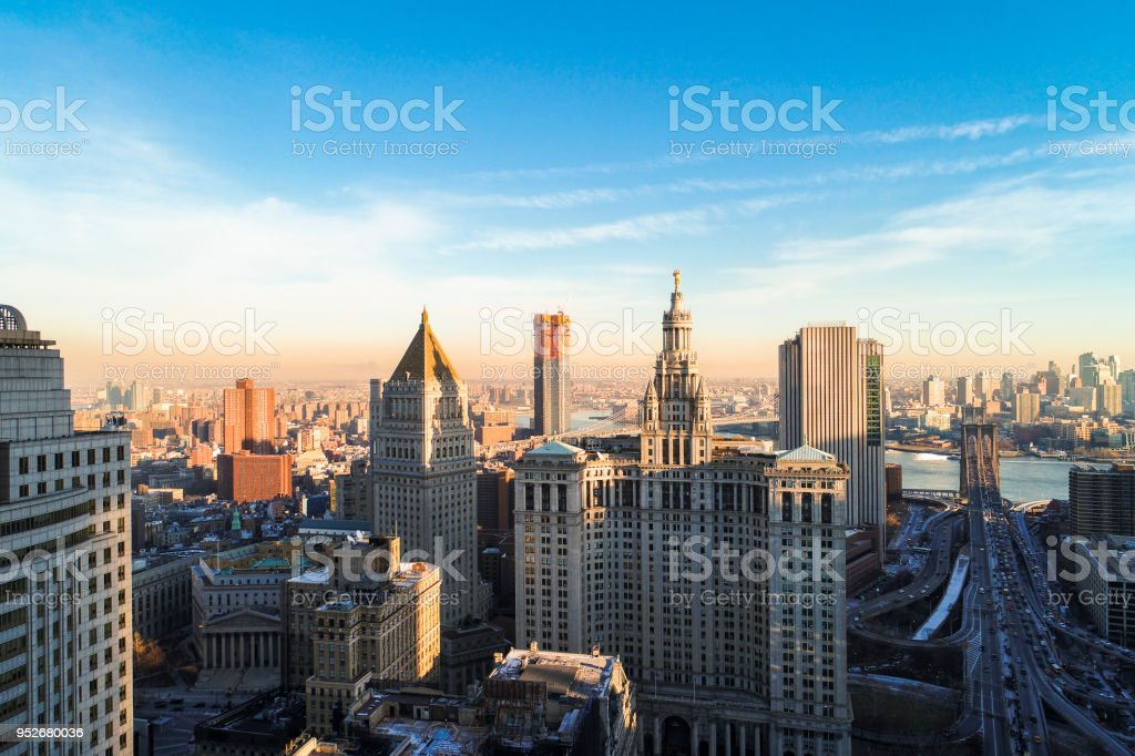 The panoramic scenic view to the Manhattan Downtown, over the Brooklyn Bridge and East River toward Brooklyn. - foto stock