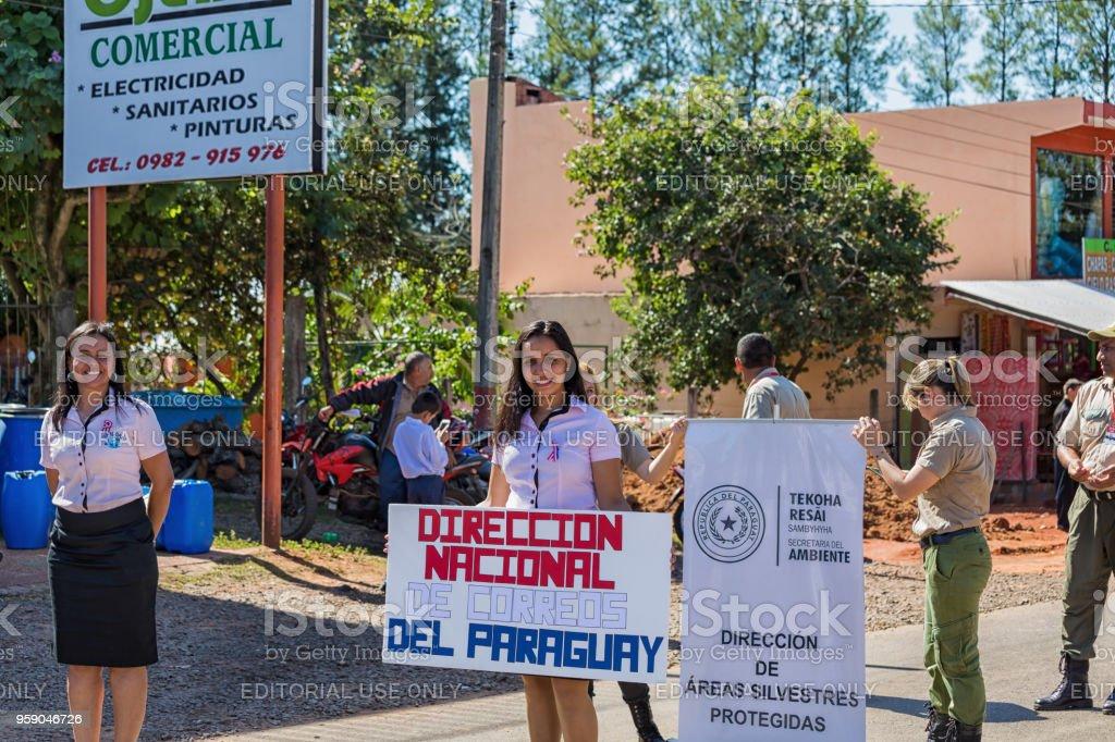 El desfile por el día de la independencia del Paraguay Republick. Aquí el nacional oficina de correos y oficina de protección de la naturaleza con escudo. - foto de stock