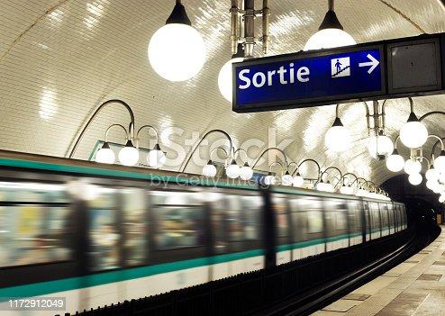 Une rame du métro parisien traverse une station