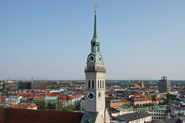 församlings kyrkan st peter står på marienplatz. münchen, bayern tyskland. - sankt peterskyrkan münchen bildbanksfoton och bilder