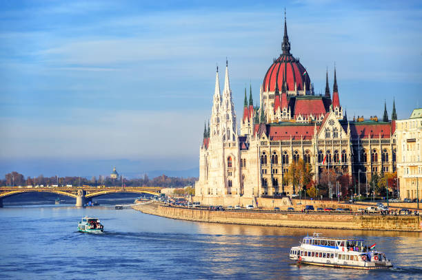 the parliament building on danube river, budapest, hungary - donau stockfoto's en -beelden