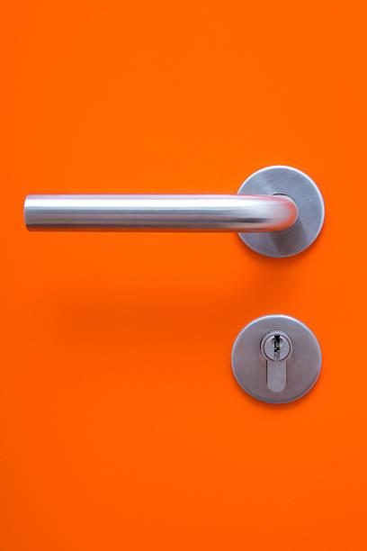 a parte de laranja com alça da porta de metal - maçaneta manivela - fotografias e filmes do acervo