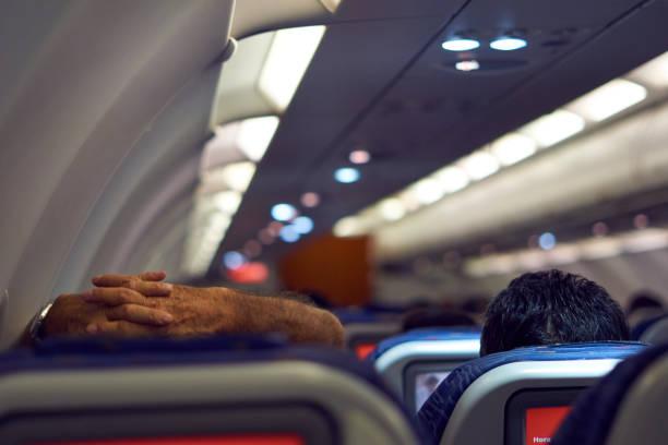 Der Passagier entspannt sich, legte ihre Hände auf der Rückseite des Kopfes nach dem Einsteigen in Guarulhos International Airport. – Foto