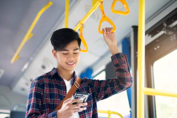 Der Passagier mit Handy auf dem öffentlichen Bus. – Foto
