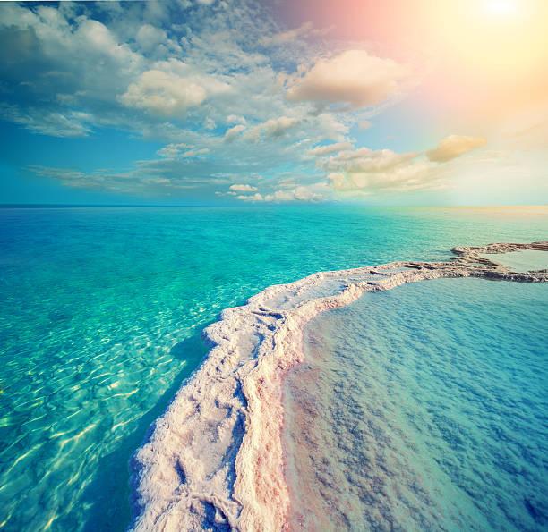 ścieżka z parującą sól w morze martwe - morze martwe zdjęcia i obrazy z banku zdjęć