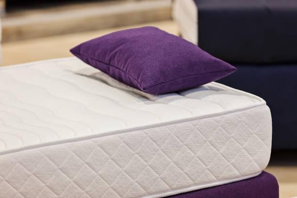 le modèle du matelas pour le lit - matelas photos et images de collection