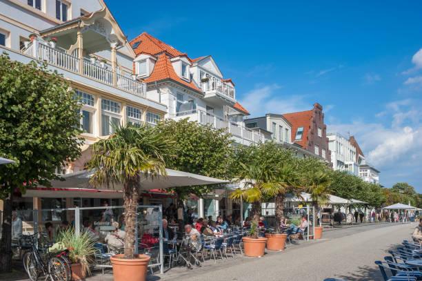 die fußgängerzone vorderreihe in travemünde - nordsee urlaub hotel stock-fotos und bilder
