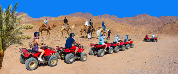 Die Menschen bei Quad-Tour in der Wüste in Ägypten – Foto