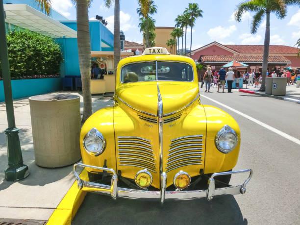 orlando, florida, usa - 10. mai 2018: die leute gehen in den universal studios park. orlando ist ein themenpark-resort in orlando, florida - modernes disney stock-fotos und bilder