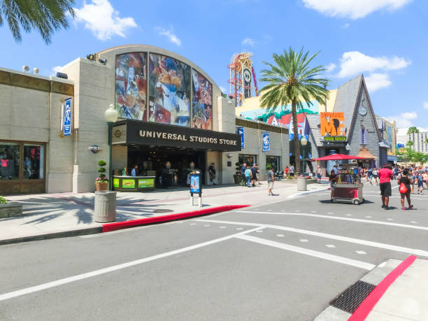 die leute gehen im park universal studios. orlando ist ein themenpark-resort in orlando, florida. - modernes disney stock-fotos und bilder