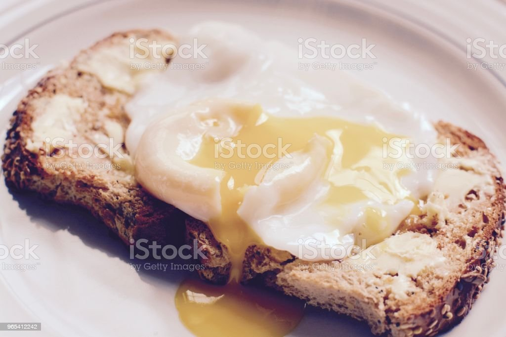 The perfect poached egg zbiór zdjęć royalty-free