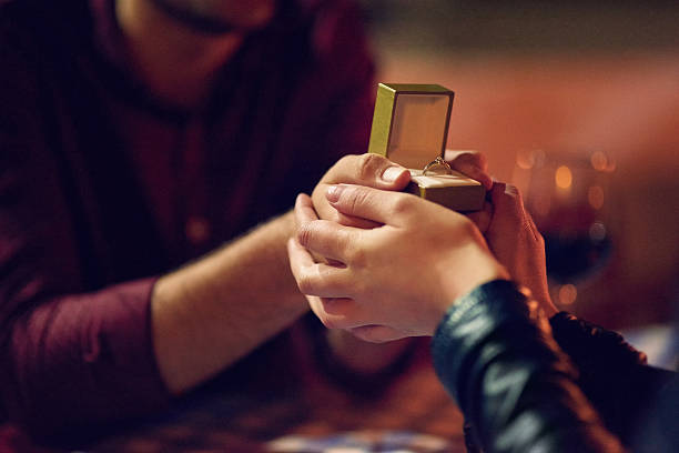 the perfect ring for the perfect moment - verlobung was schenken stock-fotos und bilder