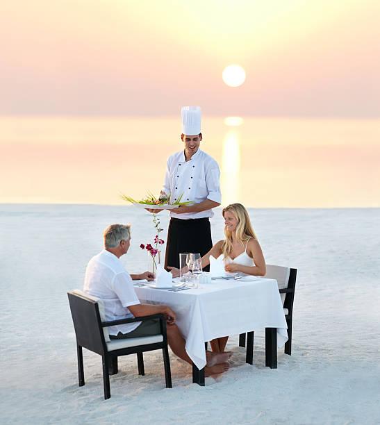 el lugar perfecto para una cena romántica - cena romantica fotografías e imágenes de stock