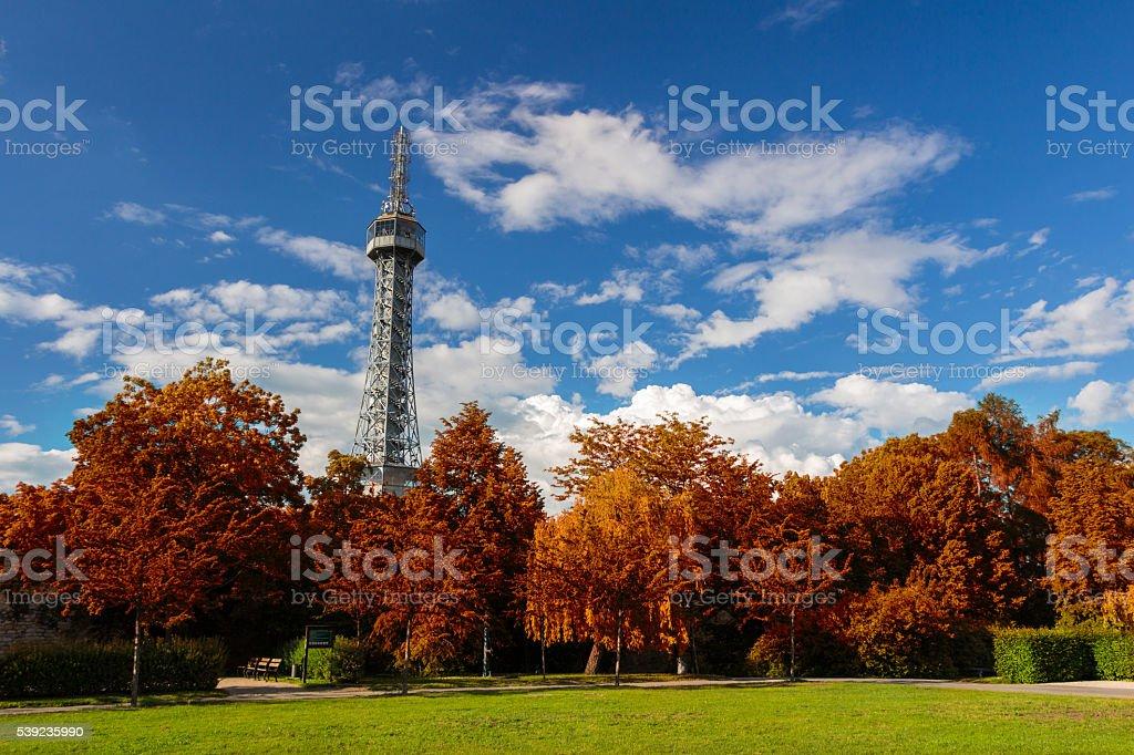 La observación petrin tower en Praga con follaje rojo foto de stock libre de derechos