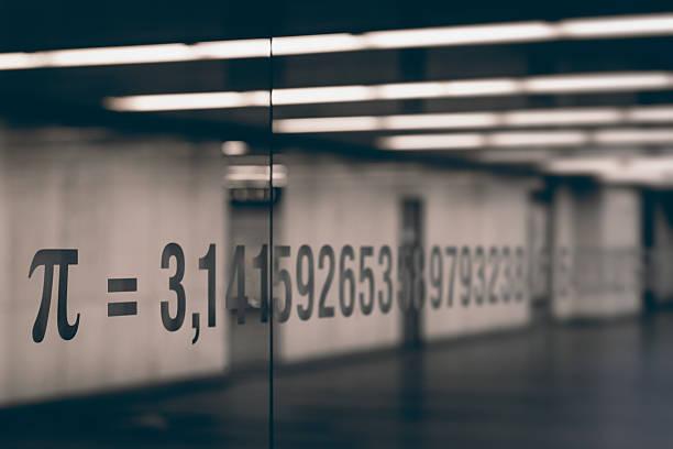 Der pi-symbol und Nummern von mathematischer Konstante auf Glas – Foto