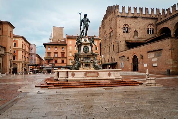 piazza maggiore w bolonii pod błękitne niebo - bolonia zdjęcia i obrazy z banku zdjęć