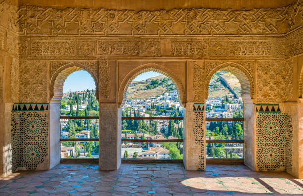 アルハンブラ宮殿から見たグラナダの美しいアルバイシン地区。アンダルシア、スペイン。 - アルハンブラ ストックフォトと画像