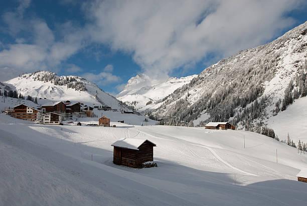 der malerische bergdorf von warth, österreich - arlberg hotel stock-fotos und bilder