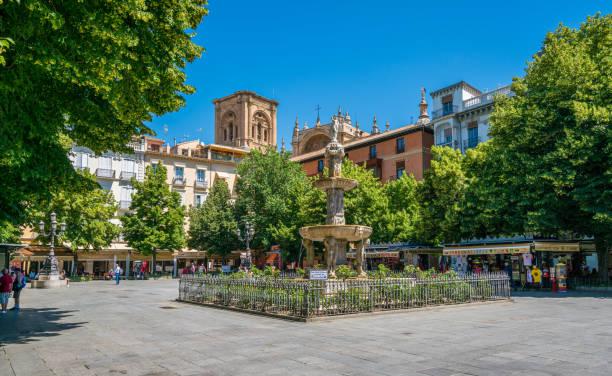 晴れた夏の朝、グラナダの美しいビブ ランブラ広場(プラザ)。アンダルシア、スペイン。6月-04-2019 - スペイン グラナダ ストックフォトと画像