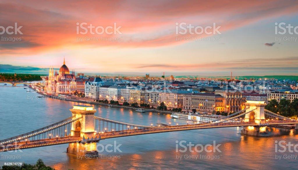 Het pittoreske landschap van het Parlement en de brug over de Donau in Boedapest, Hongarije, Europa bij zonsondergang foto