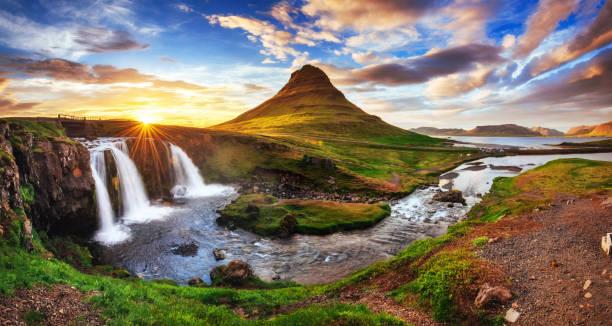der malerische sonnenuntergang über landschaften und wasserfällen. kirkjufel - iceland stock-fotos und bilder