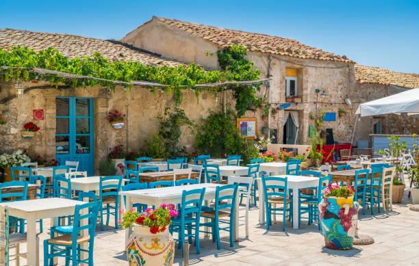 het pittoreske dorpje marzamemi, in de provincie syracuse, sicilië. - noto sicilië stockfoto's en -beelden