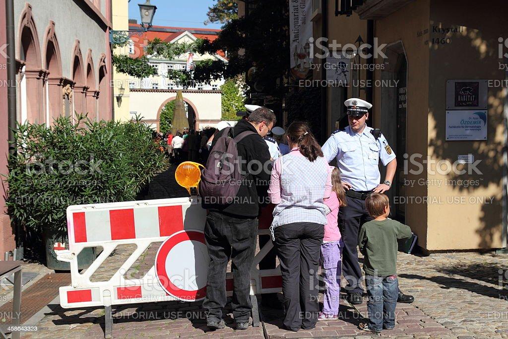 I pellegrini controllato dalla polizia Papi viaggio in Germania. - Foto stock royalty-free di Aspettare