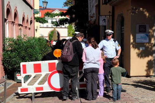 I Pellegrini Controllato Dalla Polizia Papi Viaggio In Germania - Fotografie stock e altre immagini di Aspettare