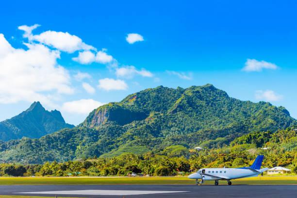 Das Flugzeug am Flughafen auf einem Hintergrund der Bergkulisse, Aitutaki Insel, Cook Islands. Kopierraum für Text – Foto