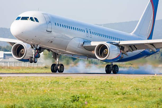 Das Flugzeug landet. Berühren auf dem Laufsteg mit Rauch – Foto