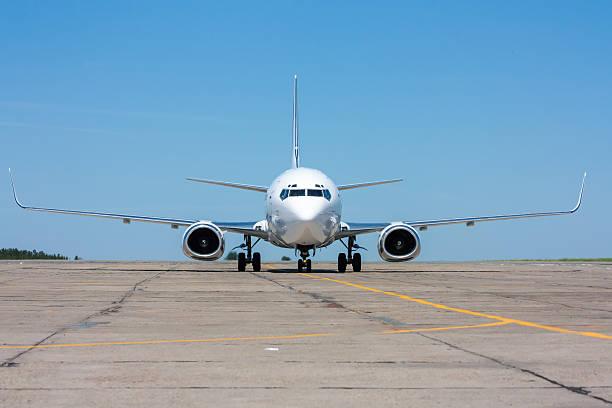 Das Flugzeug sich auf der Rollweg in der warmen Sommertag – Foto
